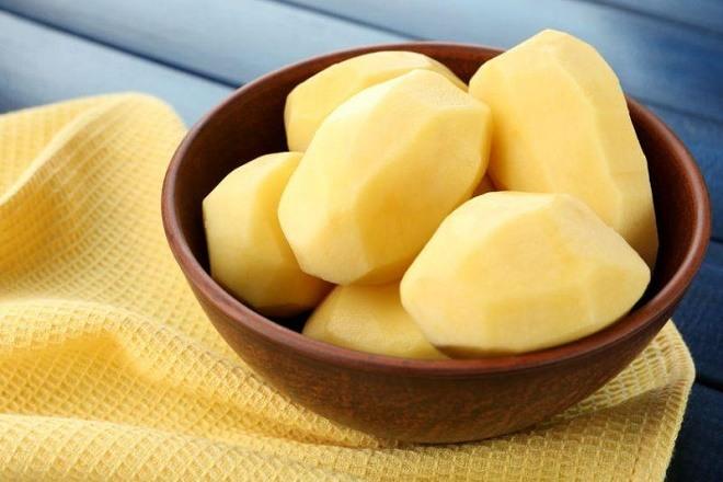 очищенная картошка в миске