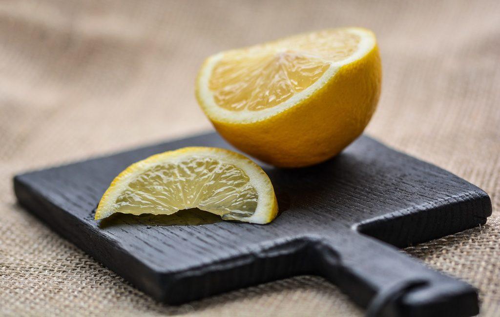 лимон на дощечке